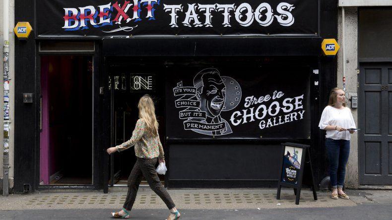 En un local londinense ofrecen tatuajes gratuitos con la leyenda brexit.