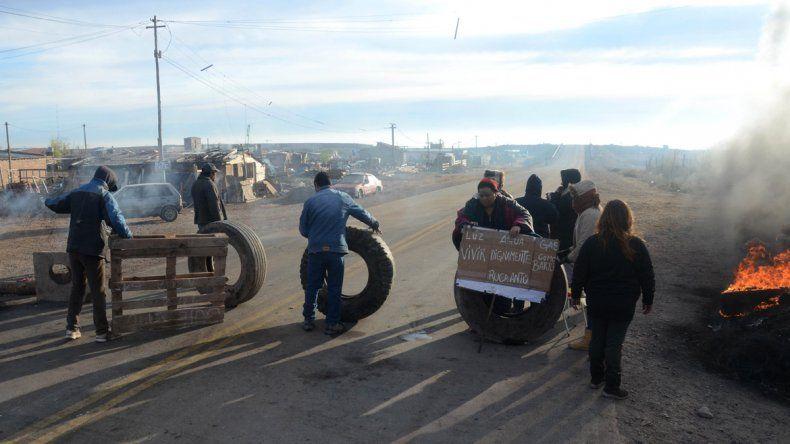 Vecinos de Ruca Antu cortan la Autovía Norte para exigir los servicios públicos.