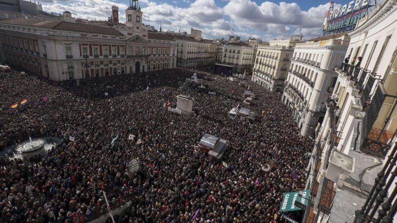 Una multitudinaria concentración en la tradicional Puerta del Sol de la capital española.
