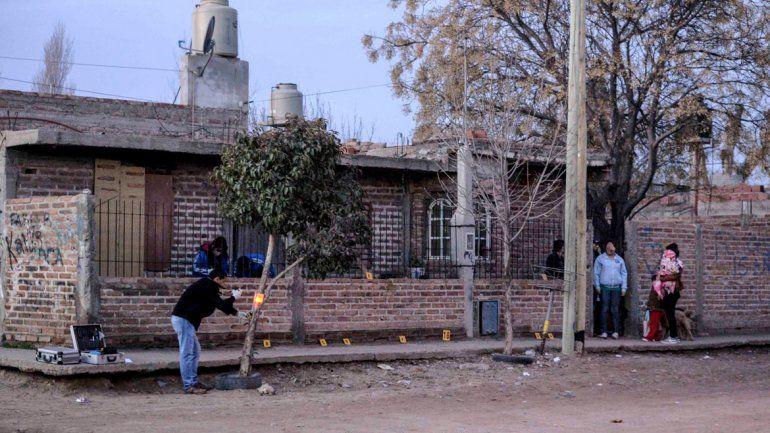 Criminalística releva las vainas 9 mm que impactaron en la casa de Rojas.