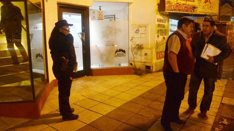 La Policía anoche mientras realizaba el procedimiento en el local asaltado.