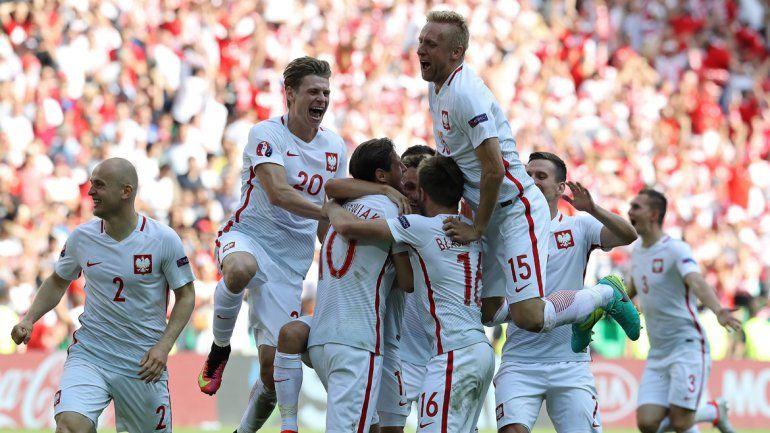 Polonia accedió a cuartos de final tras vencer 5-4 a Suiza en los penales.