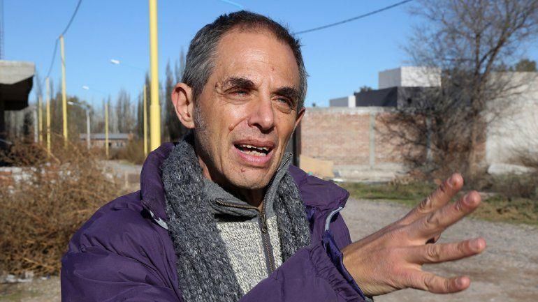 Gabriel Choclín es profesor de yoga y vive en el loteo Perticone. El barrio es nuevo y quiere darle otra energía.