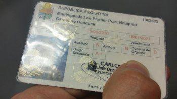 Operativos: detectaron licencias truchas con el logo de Plottier