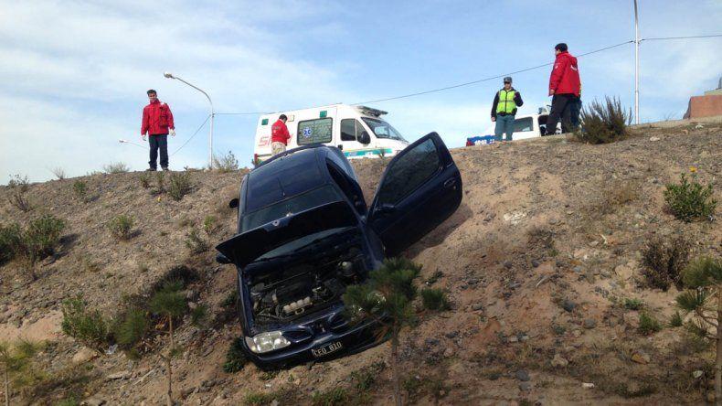 El auto quedó colgado en el barranco