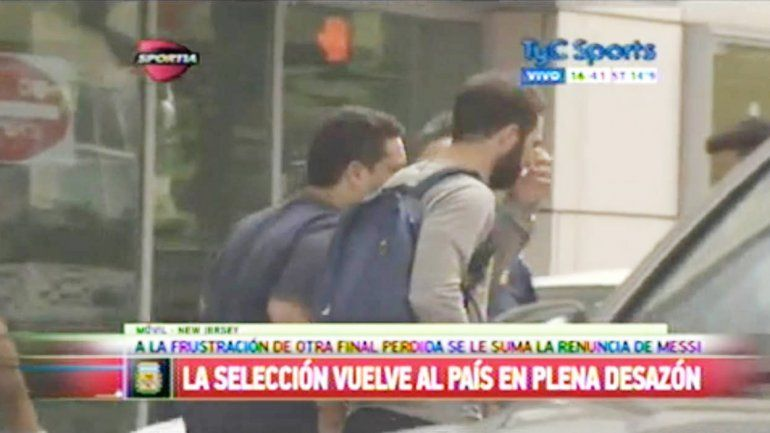 Higuaín se quedó en Estados Unidos. En taxi se retiró del hotel para ir a visitar a su hermano.