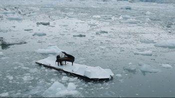 Dio un concierto con su piano en el medio del Ártico