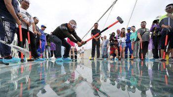 Así prueban el puente de vidrio más largo del mundo