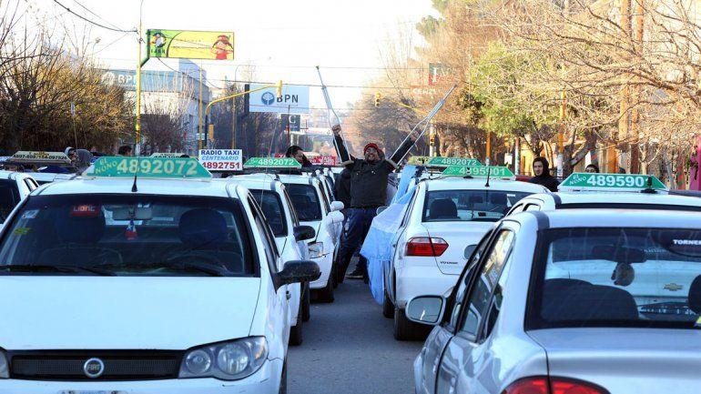 El 90% de los taxistas paralizó el servicio y pide un incremento tarifario.