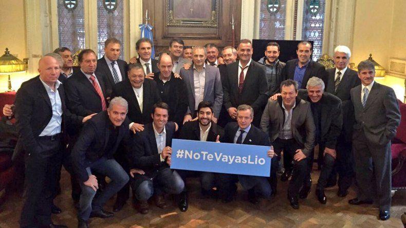 {altText(Ex jugadores y políticos posaron con la consigna #NoTeVayasLio.,Las historias que abren la puerta al regreso de Messi )}