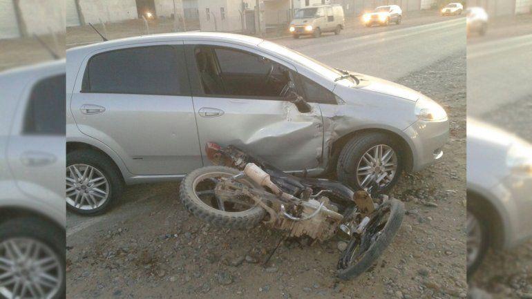 Joven herido tras un fuerte choque entre una moto y un auto