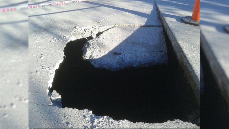Un cráter complica el tránsito en la calle Lanín