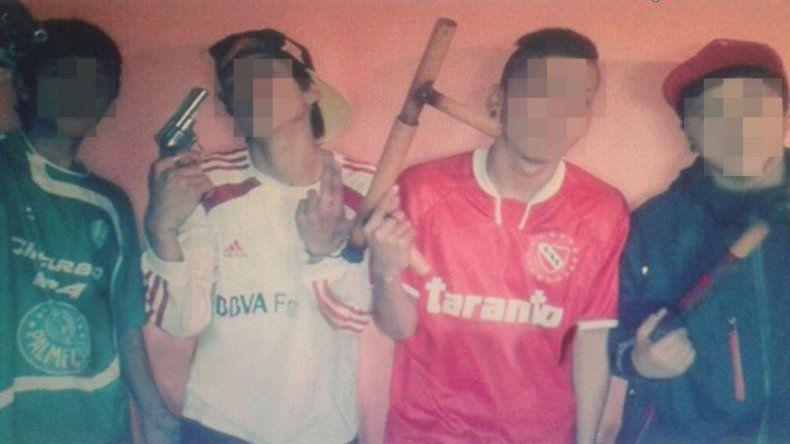 Los jóvenes se muestran en fotos de la red social más importante con un par de revólveres
