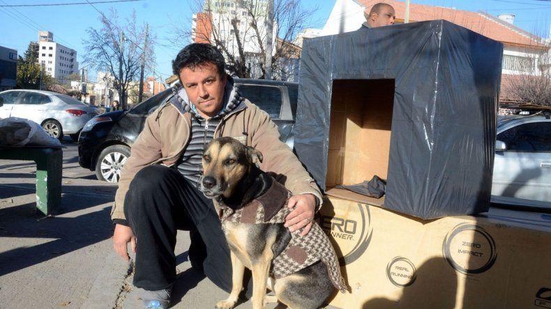 Hernán Troane hizo 200 refugios para resguardar a los perros del frío.