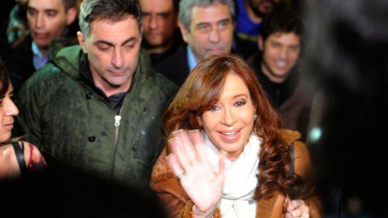 Una multitud de militantes recibió a Cristina en Aeroparque