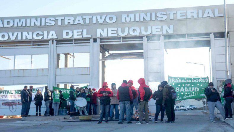 Ayer protestaron frente al CAM. Hoy podrían cortar el acceso de nuevo.