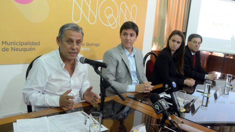 El intendente Horacio Quiroga en la firma del convenio con Telefónica por monitoreo de celulares.