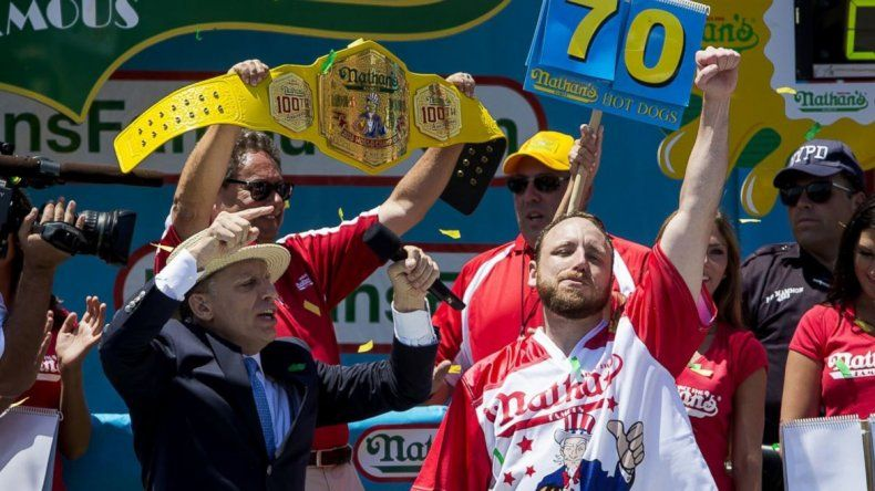 Joey Chestnut se adjudicó el Cinturón Internacional de la Mostaza. Se mandó 17 panchos más que el segundo.