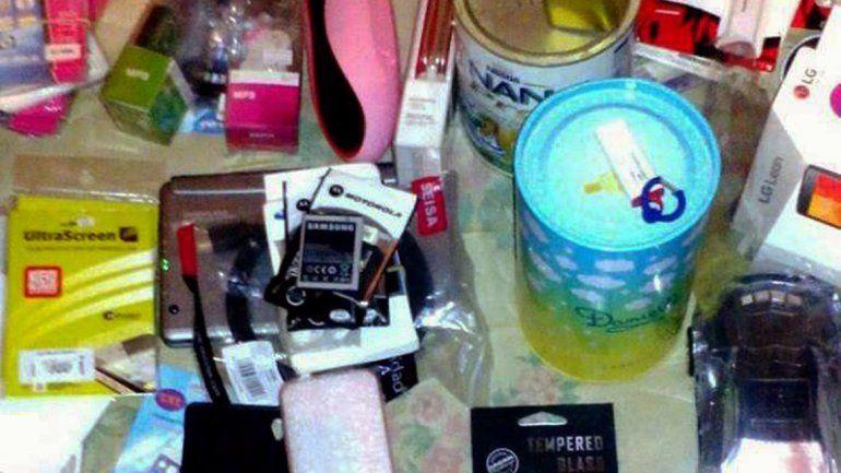 El robo fue hace un mes en un local de computación y telefonía del Paseo de la Patagonia. La Policía logró recuperar gran cantidad de accesorios de celulares y prendas del Ejército.