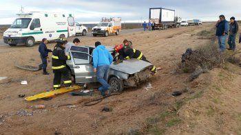 El conductor del auto murió en el hospital tras ser rescatado por los bomberos.