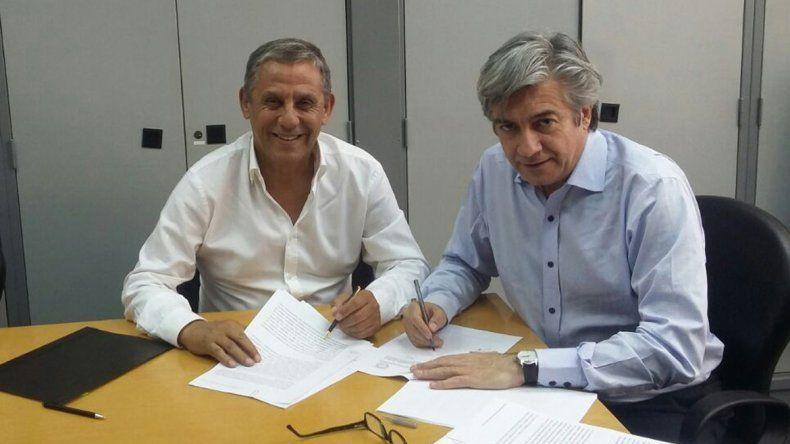 Horacio Quiroga en la firma del acuerdo con el subsecretario de Coordinación de Obra Pública Federal del Ministerio del Interior