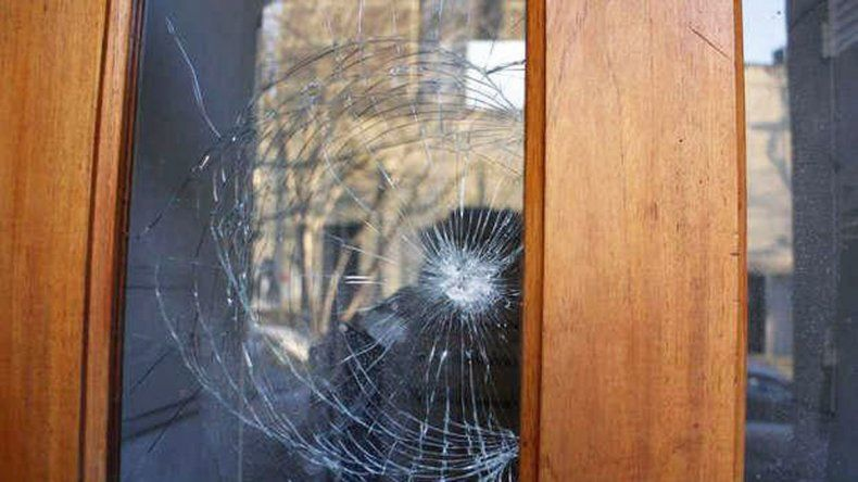 La madre salió a sacar la basura y un ladrón la amenazó. Los gritos alertaron al chico: salió y gatilló dos veces.