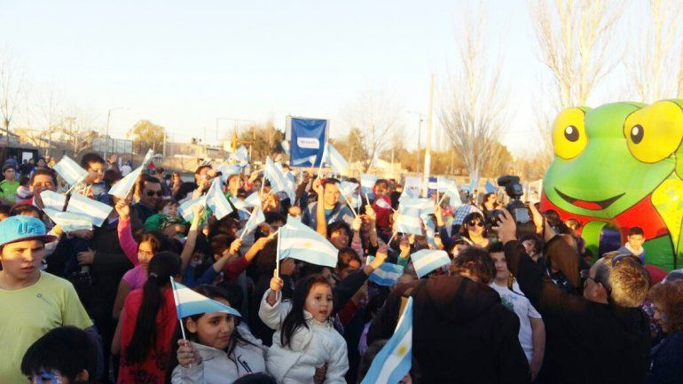 Las autoridades repartieron banderines entre los niños.