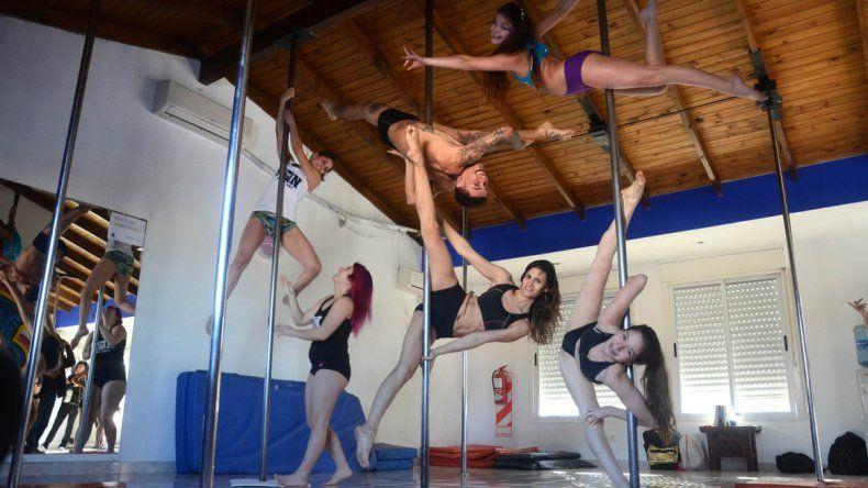 La práctica de pole dance requiere de fuerza