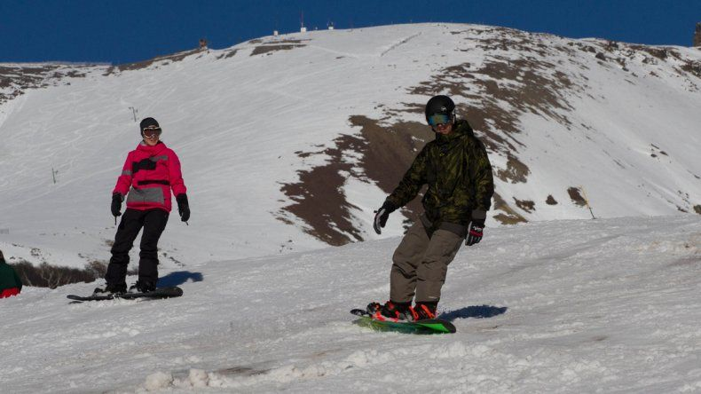 La nieve llegó a la cordillera y los cerros ya comienzan formalmente la temporada de esquí.
