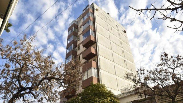 Olvidó la llave de su departamento, quiso entrar por un balcón y murió al caer desde el séptimo piso