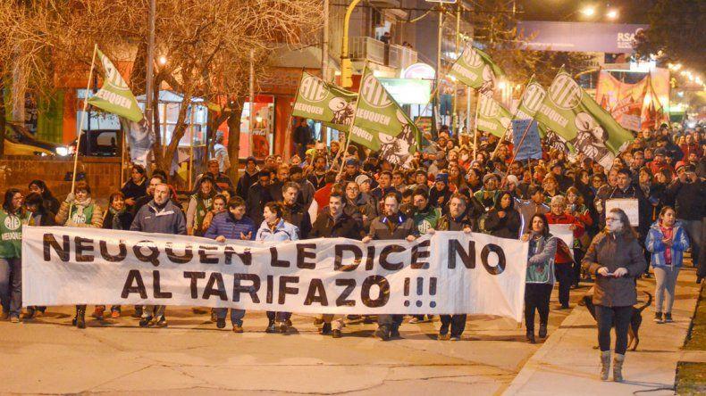 Alrededor de un vallado monumento a San Martín protestó la gente.