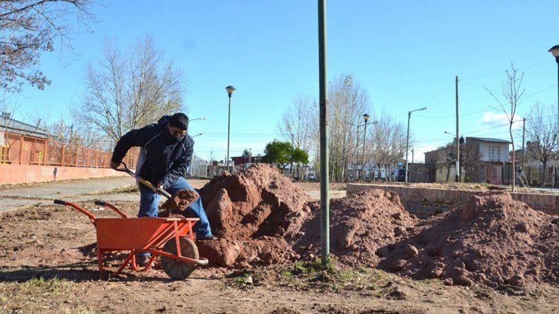 En la plaza de Rohde y Raihue se hacen trabajos de mejoramiento.