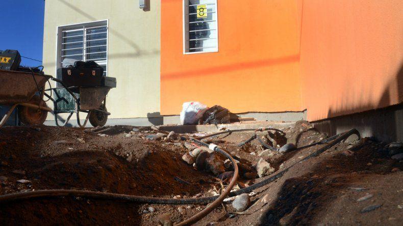 Los vecinos detectaron falencias y quieren denunciar al gasista matriculado. Hasta agua en los enchufes presentan algunas casas.