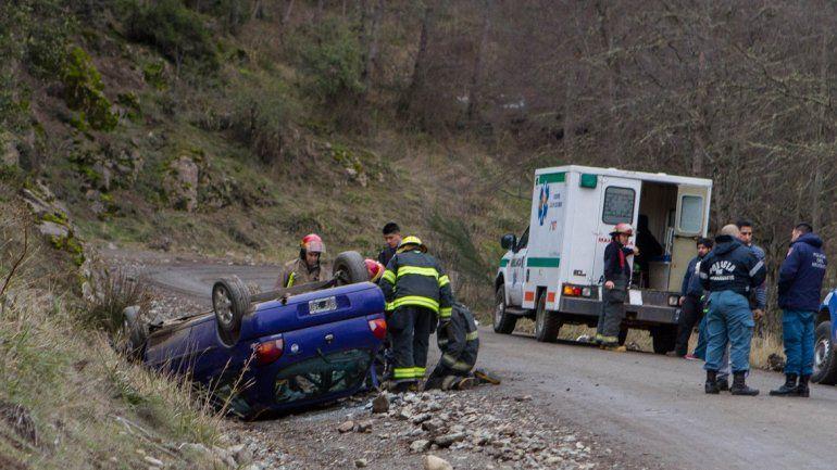 Un auto volcó tras morder la banquina