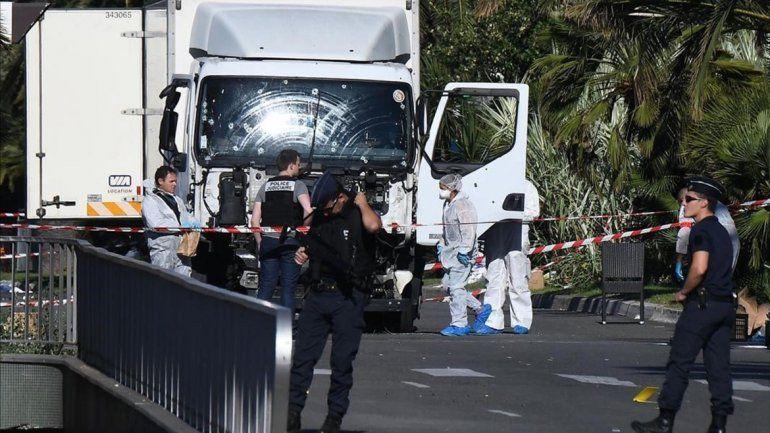 El camión que manejaba Mohamed Bouhlel todavía está en la avenida.