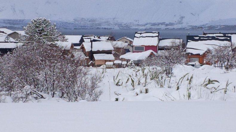 La laguna Las Mellizas viene con poca agua. Se congeló y le entró nieve a la bocatoma que abastece a la ciudad. Trabajaron de forma incesante.