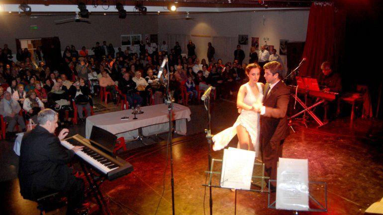 Miguel Barcos acompaña en el piano a la pareja de baile del Elenco Municipal de Tango