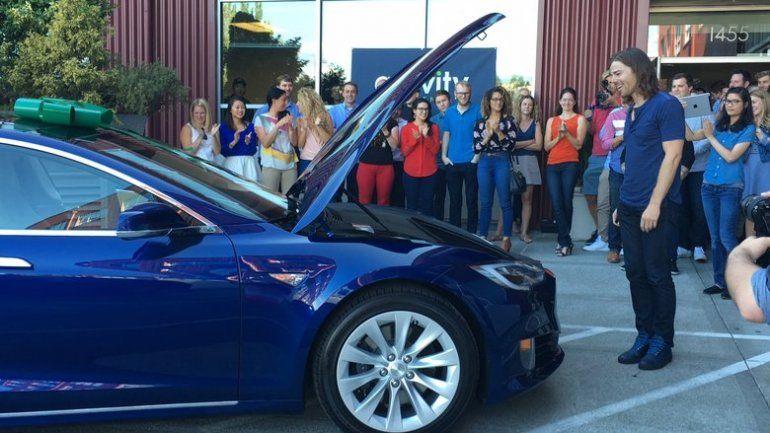 Le duplicó el sueldo a sus empleados y ellos le regalaron el auto de sus sueños