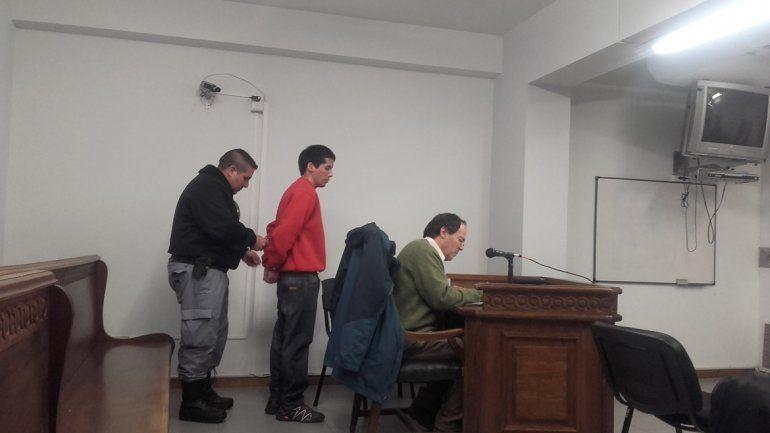 Emiliano Ezequiel Bustos (buzo rojo) está preso por matar a un vecino.
