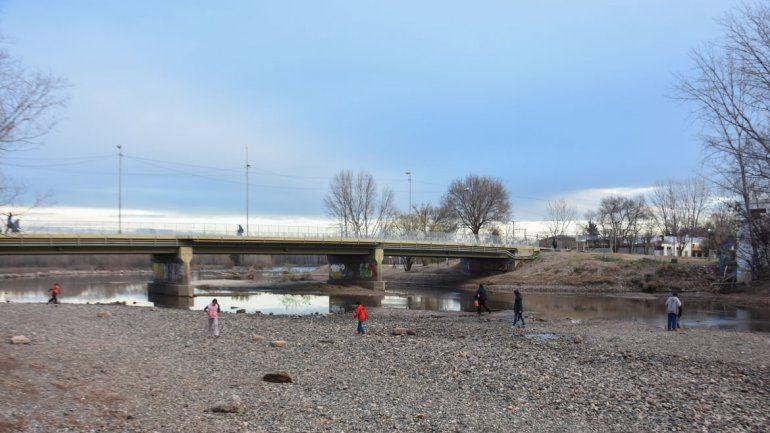 El bajo caudal del río Limay.