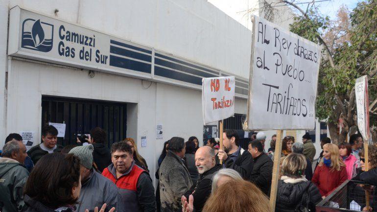 Marcha contra el tarifazo frente a las oficinas locales de Camuzzi.