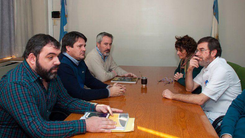 Dirigentes del sindicato de salud junto a funcionarios provinciales.