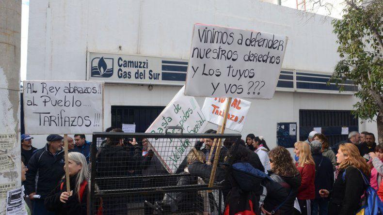 Un grupo de manifestantes protestó en las oficinas de Camuzzi