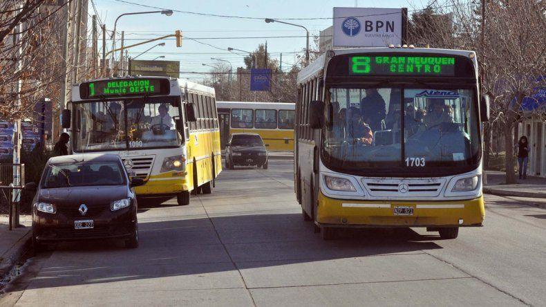 Los colectivos de Autobuses Santa Fe deberán seguir recorriendo los barrios ante la negativa municipal.