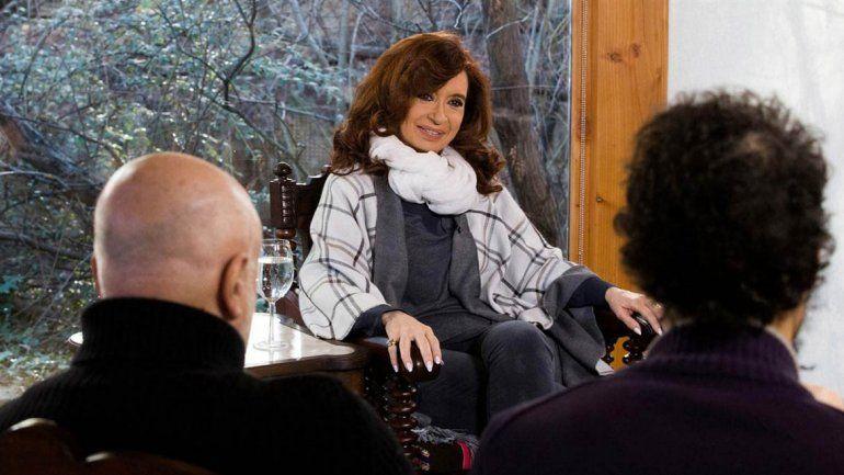 La ex presidenta dio una entrevista para seis medios e insistió en que se siente perseguida por la Justicia.