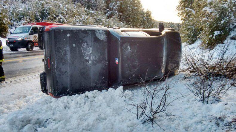 La camioneta quedó sobre la nieve recostada sobre el lateral derecho.