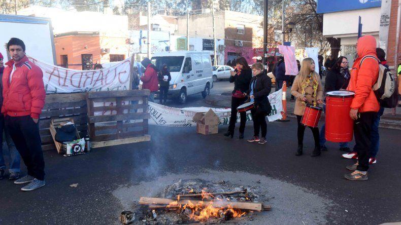 Enfermeros cortaron la calle y siguen de paro hasta mañana