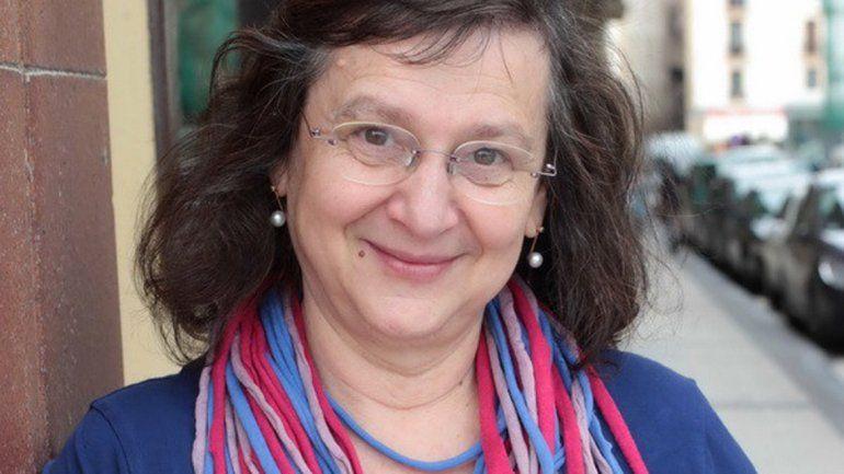 La escritora manifestó su interés de poder visitar la universidad.