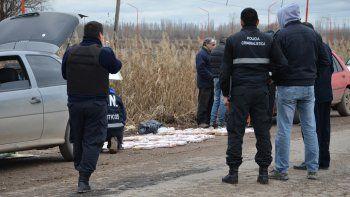 La Policía con los 85 ladrillos que estaban en el baúl de Gol. En el Bora no encontraron rastros de droga.