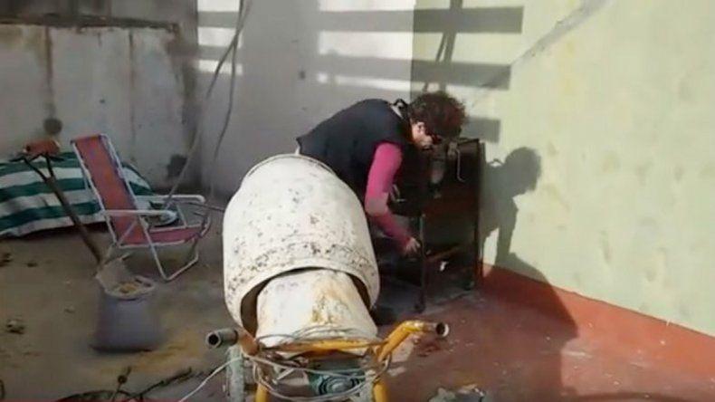 El video de poco más de un minuto comienza con una mezcladora que funciona a toda máquina mientras el Pity grita corta